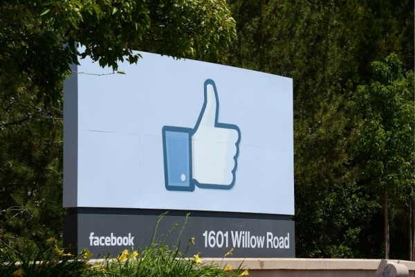 Facebook在加州門羅帕克(Menlo Park)的標誌。(ROBYN BECK/AFP)