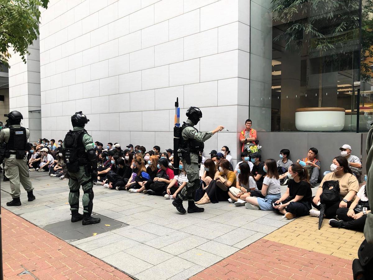 5月27日,大批市民上街反惡法,防暴警察在銅鑼灣截查約百名市民。(梁珍/大紀元)