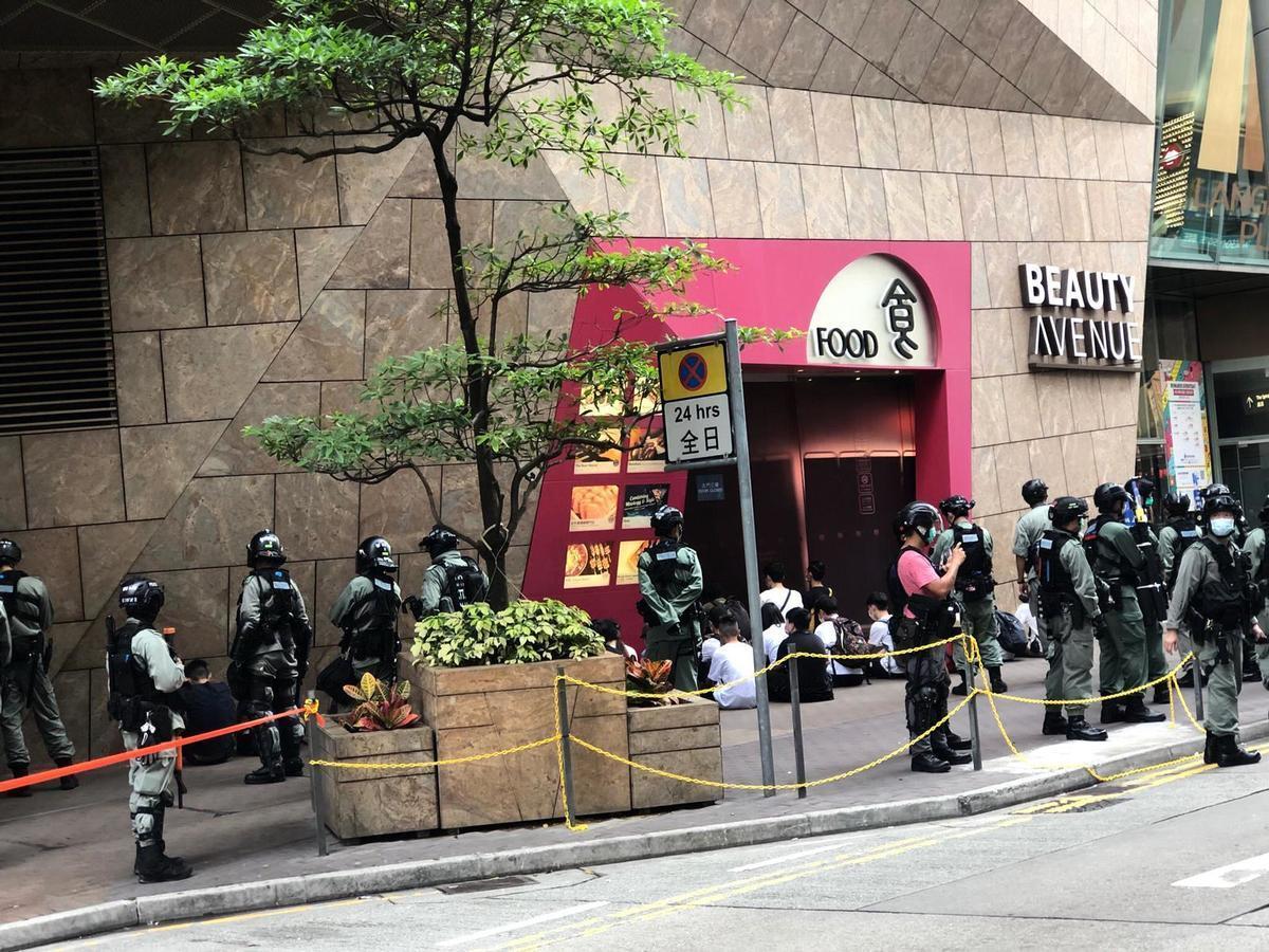 27日立法會大會恢復二讀辯論,香港市民聚集多區反對「國歌法」二讀辯論,各區出動大批防暴警盤查行人,多人被捕,主要是少年。(梁珍/大紀元)