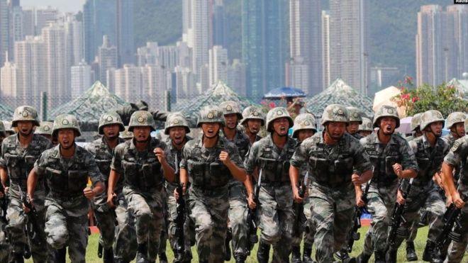中共駐港部隊2019年6月30日在香港昂船洲海軍基地舉行軍事表演。(REUTERS)