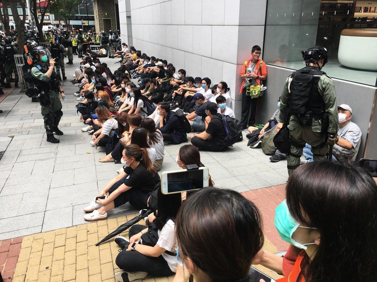 5月27日在銅鑼灣希慎廣場外,大批抗爭者被警察拘捕。(梁珍/大紀元)