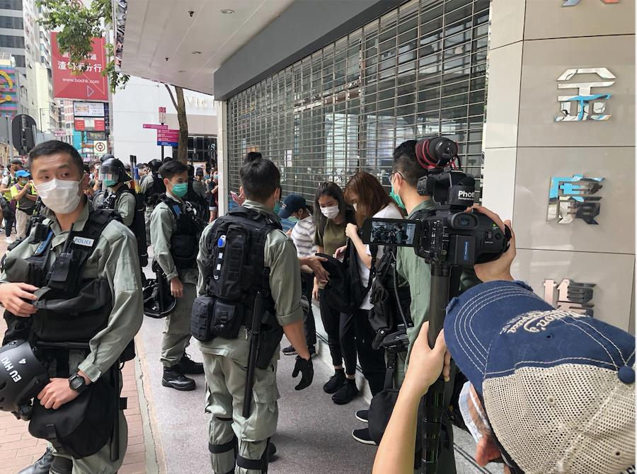 5月27日,大批警察在銅鑼灣街頭任意搜查市民(梁珍 / 大紀元)