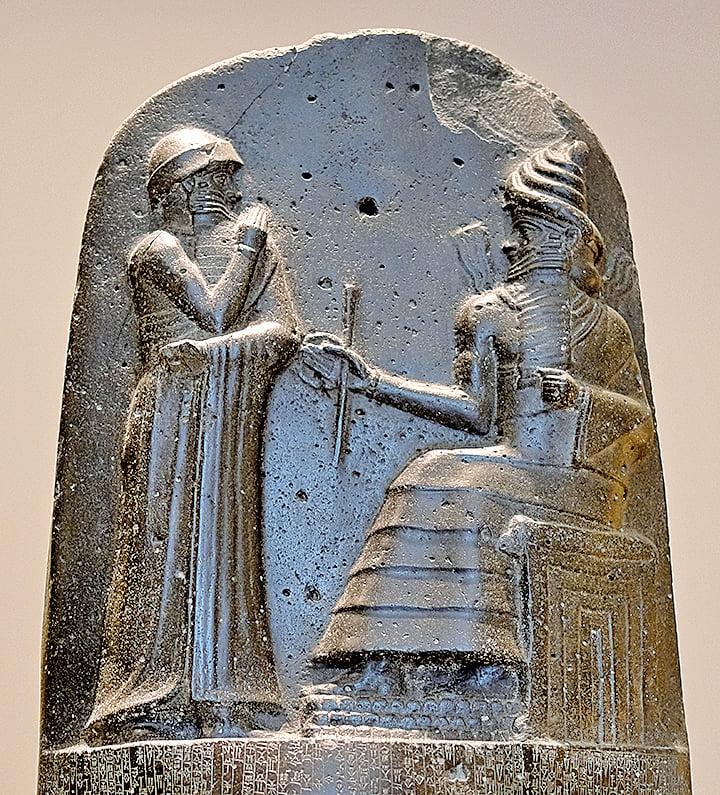 《漢摩拉比法典》頂部的浮雕(Mbzt/Wikimedia Commons CC BY-SA 3.0)