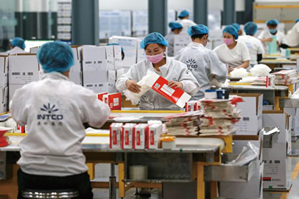 疫情蔓延下,人們越來越認清美國對於醫療用品等商品和關鍵技術過於依賴中國生產的嚴重性。圖為中國的工廠。 (STR/AFP via Getty Images)