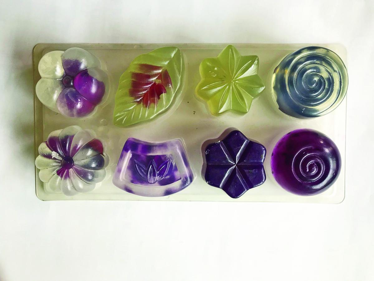 用不同模型所製作的玫瑰手工皂