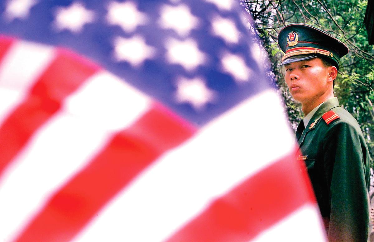 美國駐北京大使館前的一名中共武警。(Getty Images)