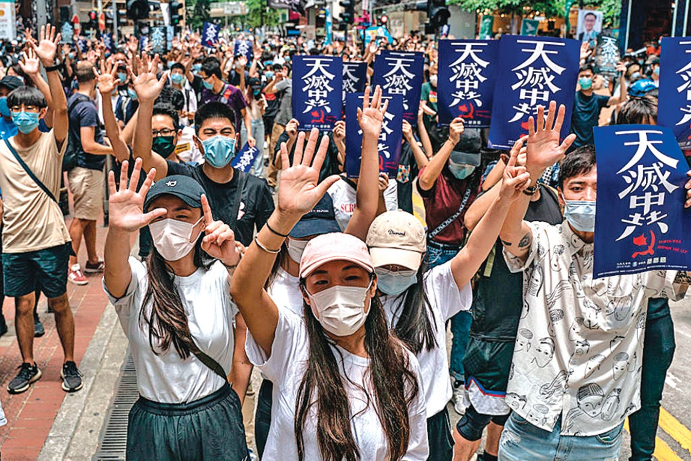 香港民眾5月24日發起港島區 「反惡法遊行」,數以萬計市民突破警方封鎖游擊式遊行,警方多次施放催淚彈並出動水炮車驅散,逾百人被拘捕。(Getty Images)