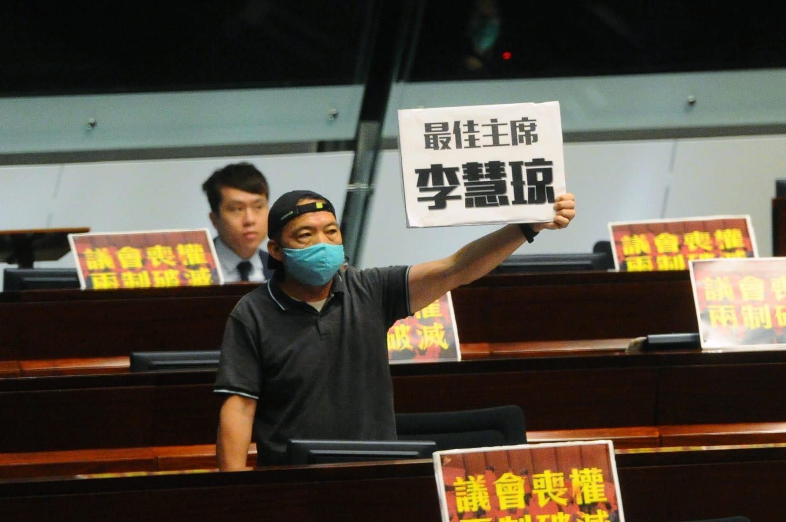 今日(5月28日),香港立法會會議延續。朱凱迪議員在立法會自己的桌面上放置了一個「最佳主席李慧琼」標語,今日立法會主席梁君彥表示是在以「反諷」形式繼續冒犯李慧琼。對此,胡志偉議員(見圖)質疑,立法會主席梁君彥是否擁有讀心術?(宋碧龍/大紀元)