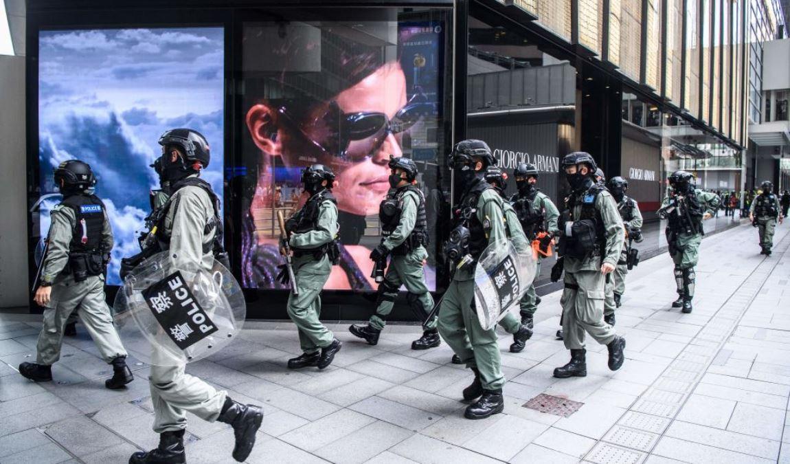 香港防暴警察2020年5月27日在香港中部地區採取行動,欲驅散街道上抗議中共強推所謂「國歌法」的示威民眾。(ANTHONY WALLACE/AFP via Getty Images)