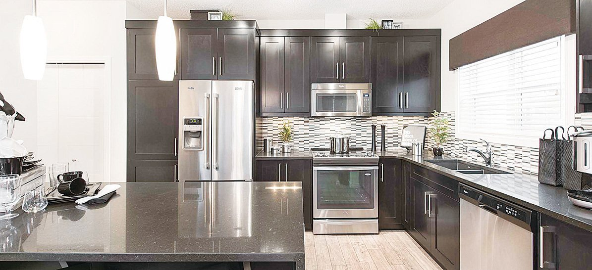 廚房配有不銹鋼家電及前置式洗碗機。(Jayman)