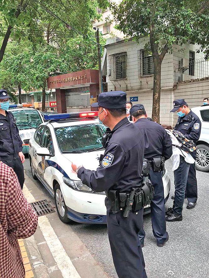 3月25日,廣州難友32人到廣東省公安廳信訪辦上訪,信訪辦因疫情拒不開門接待,但當局卻出動派出所警察驅趕。(推特圖片)