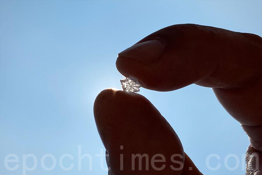 海鹽在正午陽光下閃耀著晶瑩的光芒,如水晶般耀眼。(陳仲明/大紀元)