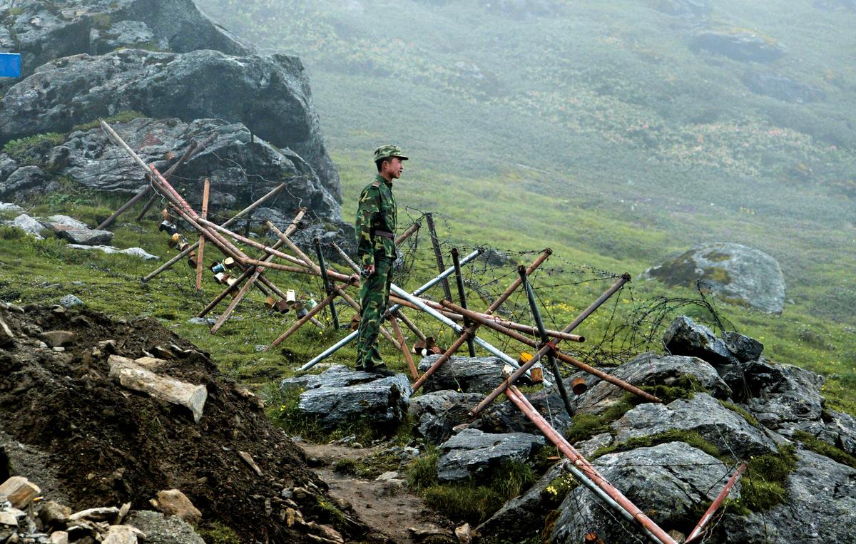 中印軍隊石頭大戰,冷戰變成熱戰可能性增加,兩個核武國家關係,隨著美中惡鬥展開衝突。圖為中印邊境。(Getty Images)