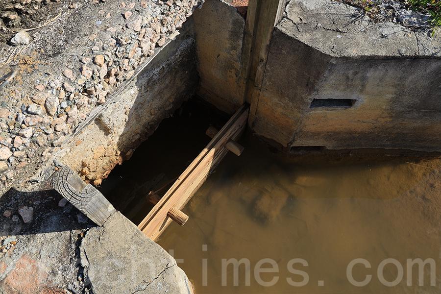 鹽田中有水閘,在潮漲時將西貢海水引入蓄水池。(陳仲明/大紀元)