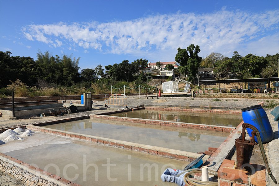 如今在鹽田梓村採用的製鹽方法,是用古老的「水流法」。(陳仲明/大紀元)