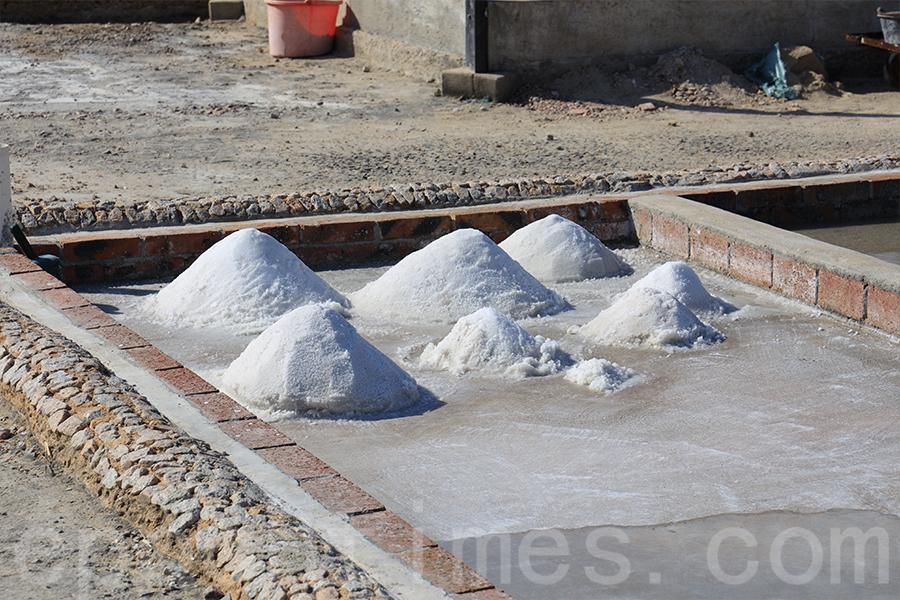 目前鹽場的產量不是很多,每個月可產出500至600樽海鹽。(陳仲明/大紀元)