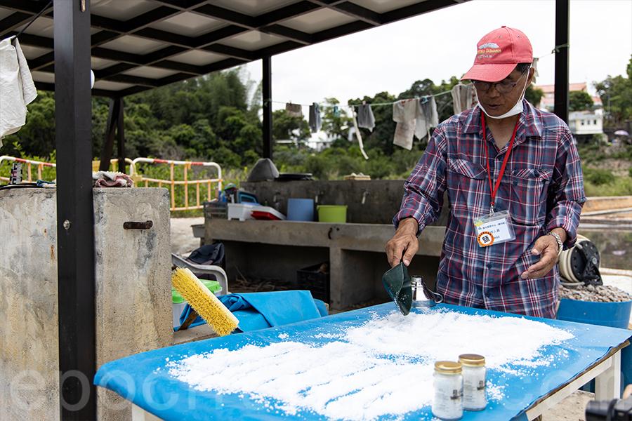 David希望將鹽場保育的理念透過這一樽樽鹽宣揚出去。(陳仲明/大紀元)