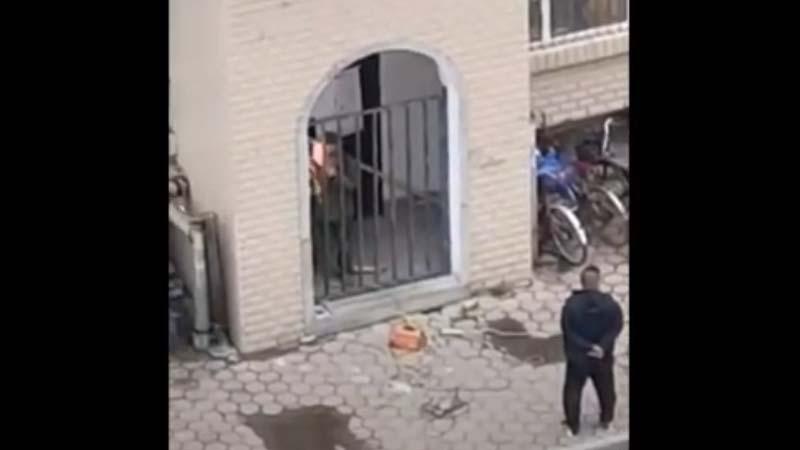 圖為牡丹江一棟居民樓的樓門被焊死。(影片截圖)