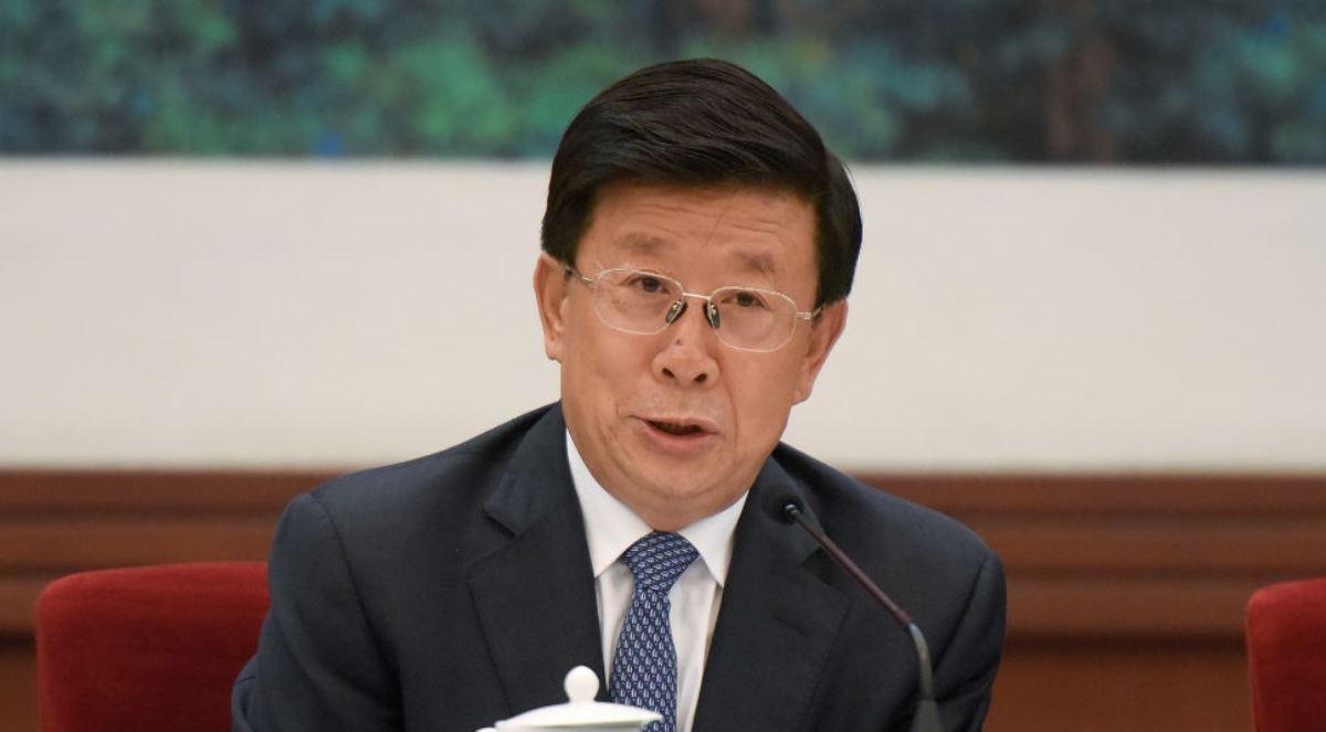 中共上周四剛剛宣佈通過建立港版國安法的決議,具體的法律條款和執行機制尚未出台,中共公安部當天已發聲明,稱要「全力指導支持」香港警隊。另有消息指中共中央港澳工作「協調小組」早已升格為「領導小組」。輿論認為,這些舉動顯示中共急於對香港實行「垂直管理」,其實質是在香港搞變相的「一國一制」。