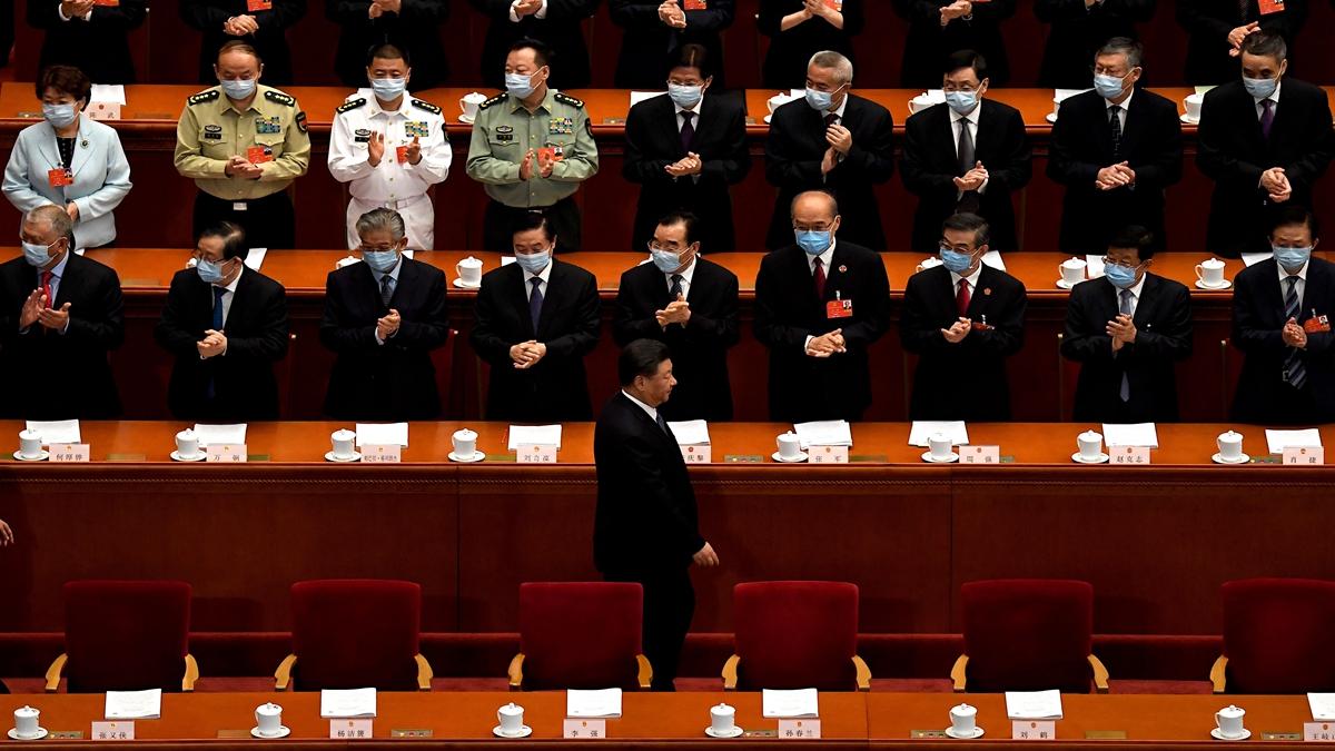 港媒稱,中共人大會議閉幕日主席台上多名重要人物和軍方代表集體遲到,疑似發生了重大事情。(NOEL CELIS/AFP via Getty Images)