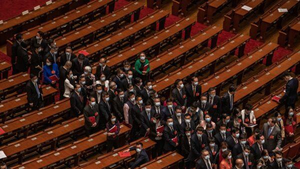 中共人大會議閉幕日主席台上多名重要人物和軍方代表集體遲到。( Kevin Frayer/Getty Images)