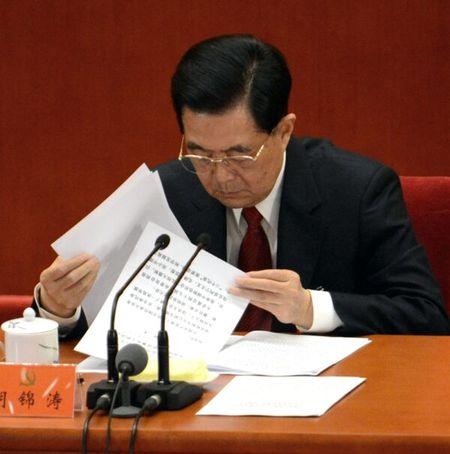 胡錦濤拿出事先準備好的紙張表示,他想談三個問題。(AFP via Getty Images)