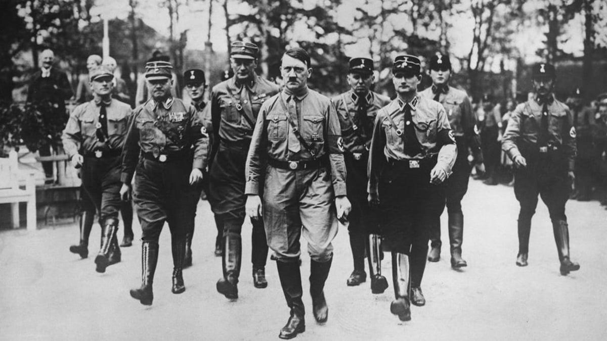 1936年,德國納粹撕毀《凡爾賽條約》,希特拉(中)冒險進軍萊茵非軍事區。然而,當時歐美各國對此冷眼旁觀,無所作為,令希特拉野心膨脹,最終引發二戰。資料圖(Keystone/Hulton Archive/Getty Images)
