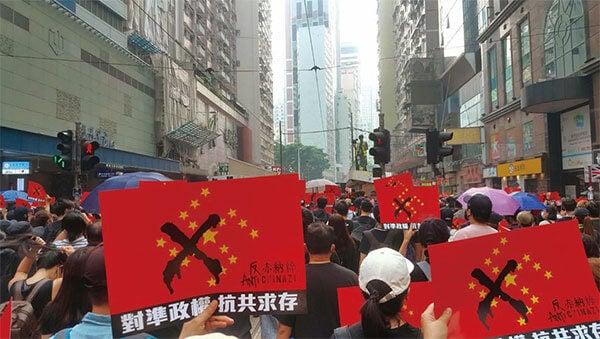 2019年9月29日,「全球連線-共抗極權」遊行活動。香港民眾手舉反中共赤納粹的海報。(林志龍/大紀元)