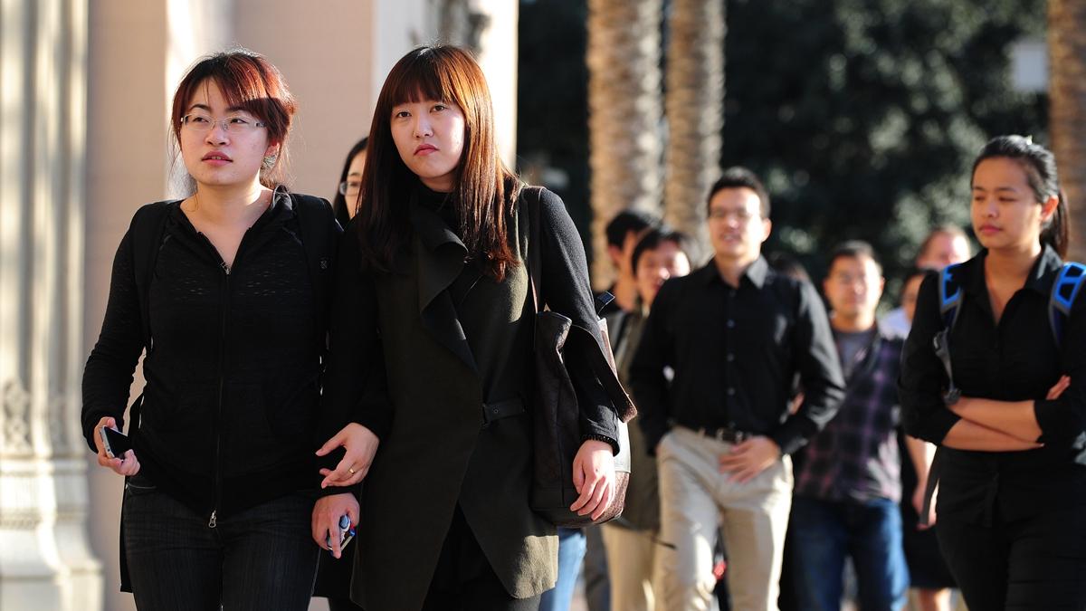 有評論人士發影片說,所有人將一起見證一個新時代的到來,中國留學生再出國恐30年以後!(FREDERIC J. BROWN/AFP via Getty Images)