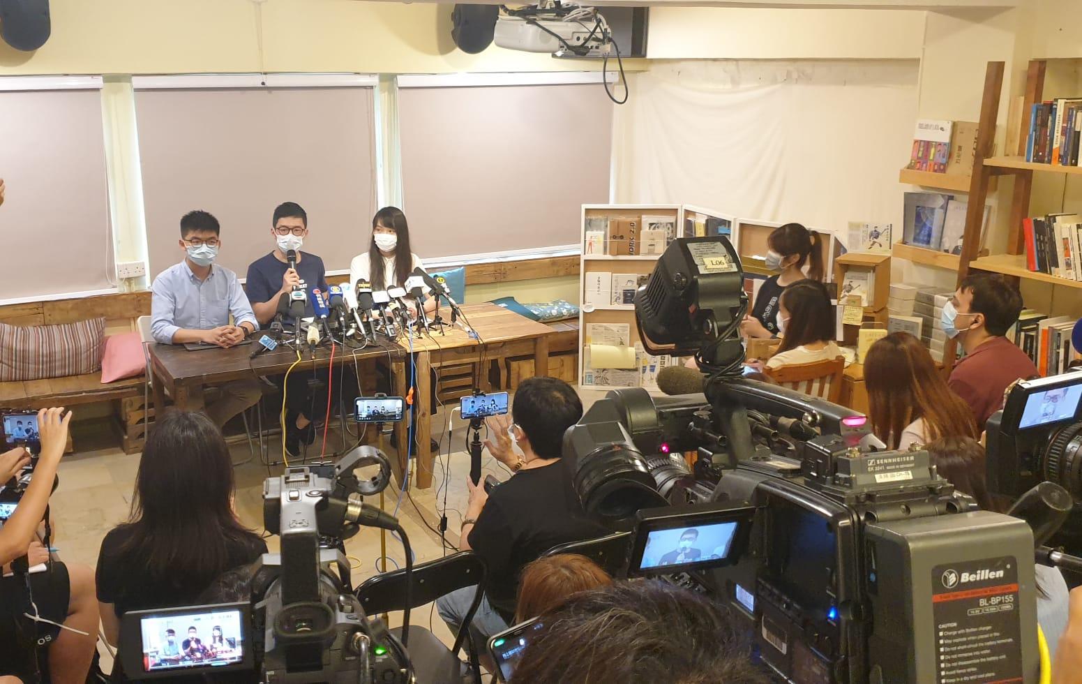 香港眾志秘書長黃之鋒(左)認為,美國總統特朗普的表態象徵港美關係一個划時代的改變。(霄龍 / 大紀元)