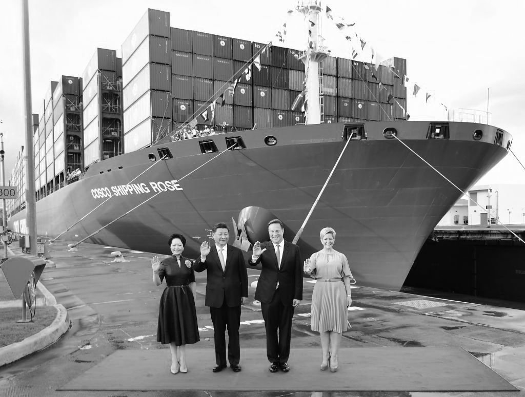 2018年12月3日,習近平在G20會議結束後到巴拿馬訪問。後面是一中國貨櫃船,停靠在剛啟用的巴拿馬運河Cocoli碼頭。  (LUIS ACOSTA/AFP via Getty Images)