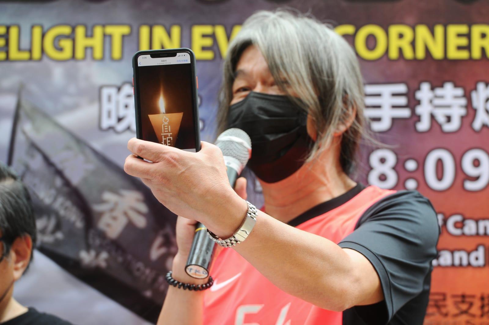 「長毛」梁國雄在介紹如何運用iPhone的App點起「燭光」的同時表示,到時候人們將手持燭光悼念,「看上去好像很微弱,但是,一定會照亮中國,照亮香港,照亮這個世界的民主運動。」(宋碧龍 / 大紀元)