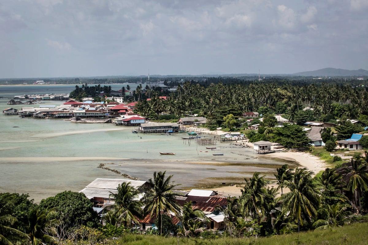 印尼指中共多次派出海警船舶護衛漁船在印尼專屬經濟區捕魚,中國則指其南海主權與納土納海域部份重疊。圖為納土納群島。(Ulet Ifansasti/Getty Images)