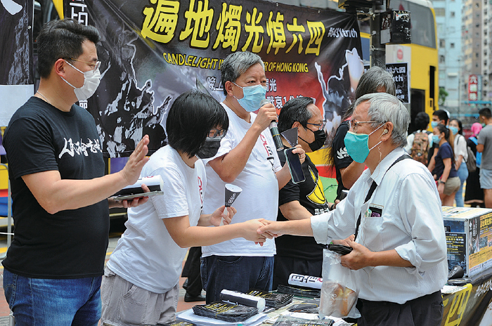 支聯會昨日在港島和九龍地區設了80多個街站悼念六四。(宋碧龍/大紀元)