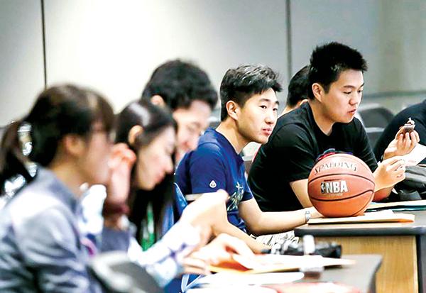 中共使領館通過海外「中國學生學者聯誼會」等組織監控留學生和學者。圖為2015年8月在德克沙士大學達拉斯分校,中國留學生們正在參加新生入學培訓。(美國之音)