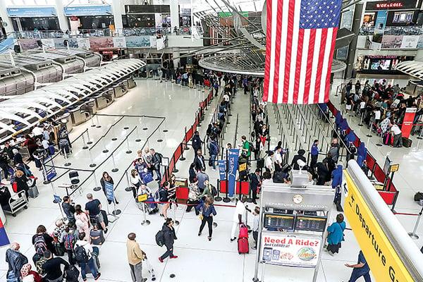 最近,多名中國公民出境美國被嚴查。圖為甘迺迪機場大廳。(Getty Images)