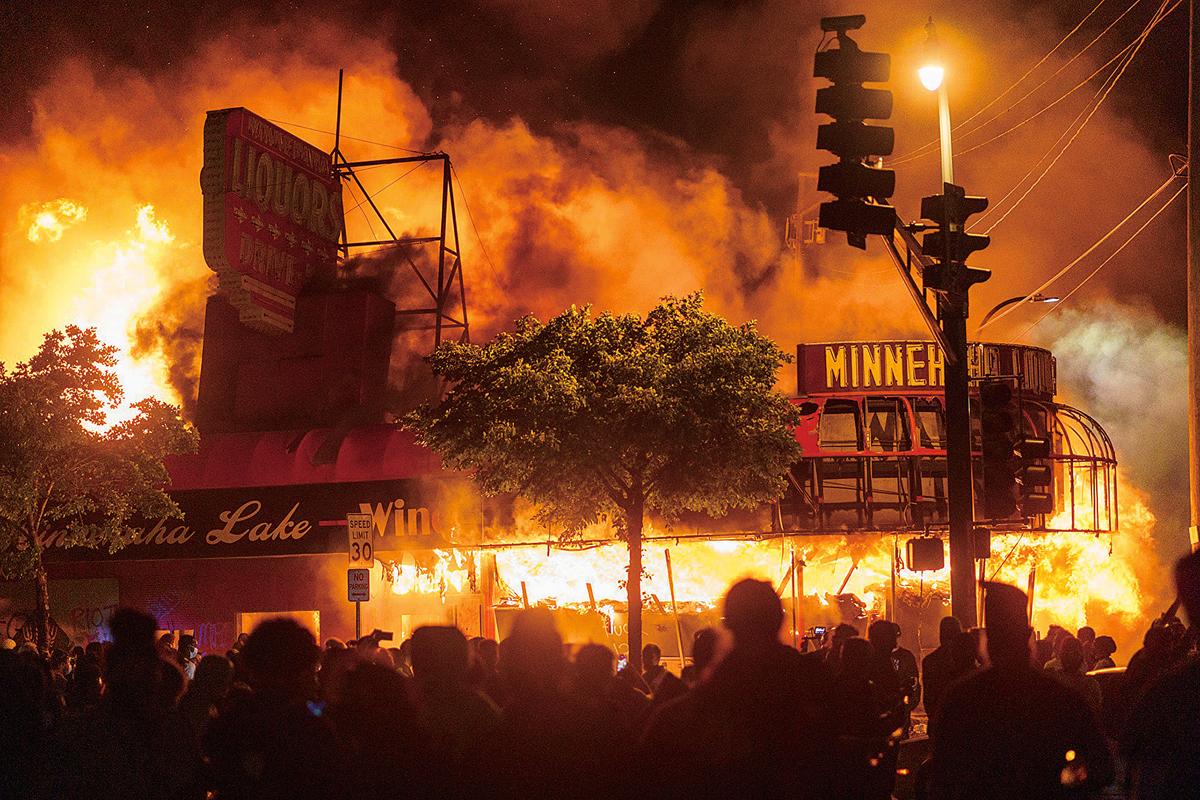 2020年5月28日,美國明州明尼阿波利斯市示威人群放火燒了該市第三警區附近的建築——抗議弗洛伊德(George Floyd)在警察辦案過程中死亡。(AFP)