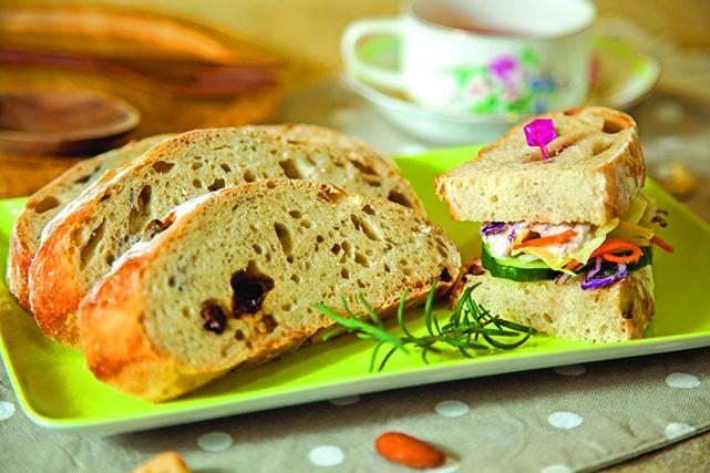 乾癟的歐式麵包如果要恢復現烤的模樣,可以包覆濕餐巾紙加熱。