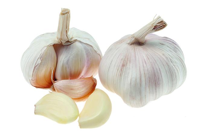 蒜頭微波加熱後,就能輕鬆取出蒜瓣。