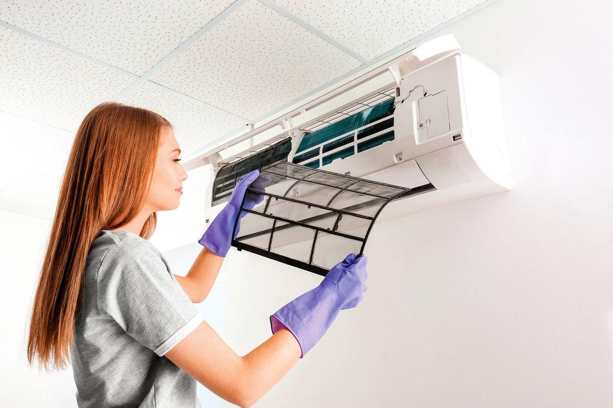 冷氣濾網要定期清洗,才不會有太多積污影響散熱。(shutterstock)