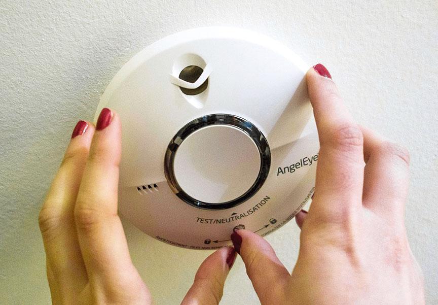 安裝「住宅用火災警報器」,可在火災發生時及早發出警告。(GettyImages)