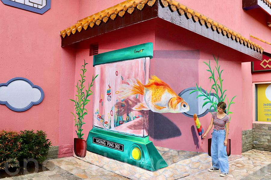 昂坪360上的甜點及金魚壁畫在雨季完成,阿甘和Sandy作畫時歷經考驗,多次重畫才完成作品。(受訪者提供)