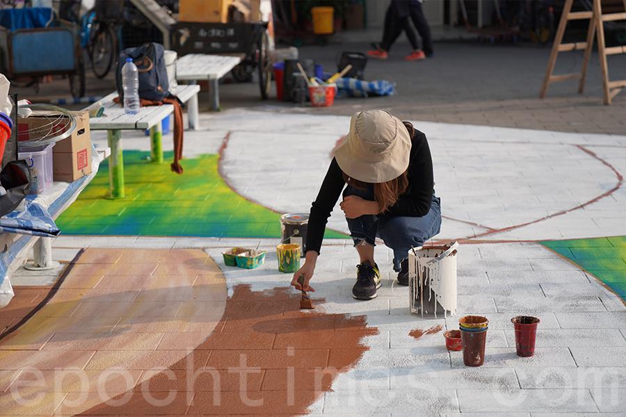 畫立體壁畫和一般的壁畫不同,畫畫起稿時有技巧,要運用很多透視的角度。(陳仲明/大紀元)