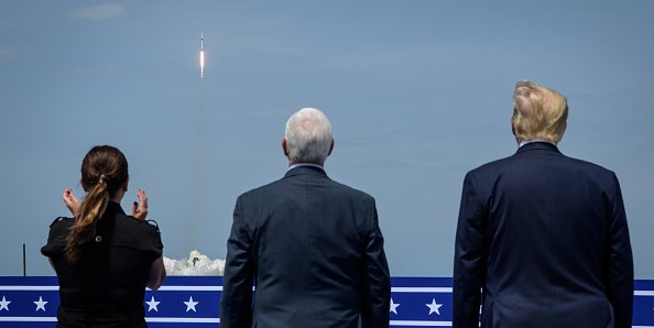 美國總統特朗普和副總統邁克·彭斯夫婦觀看飛船載人發射。(Bill Ingalls/NASA via Getty Images)