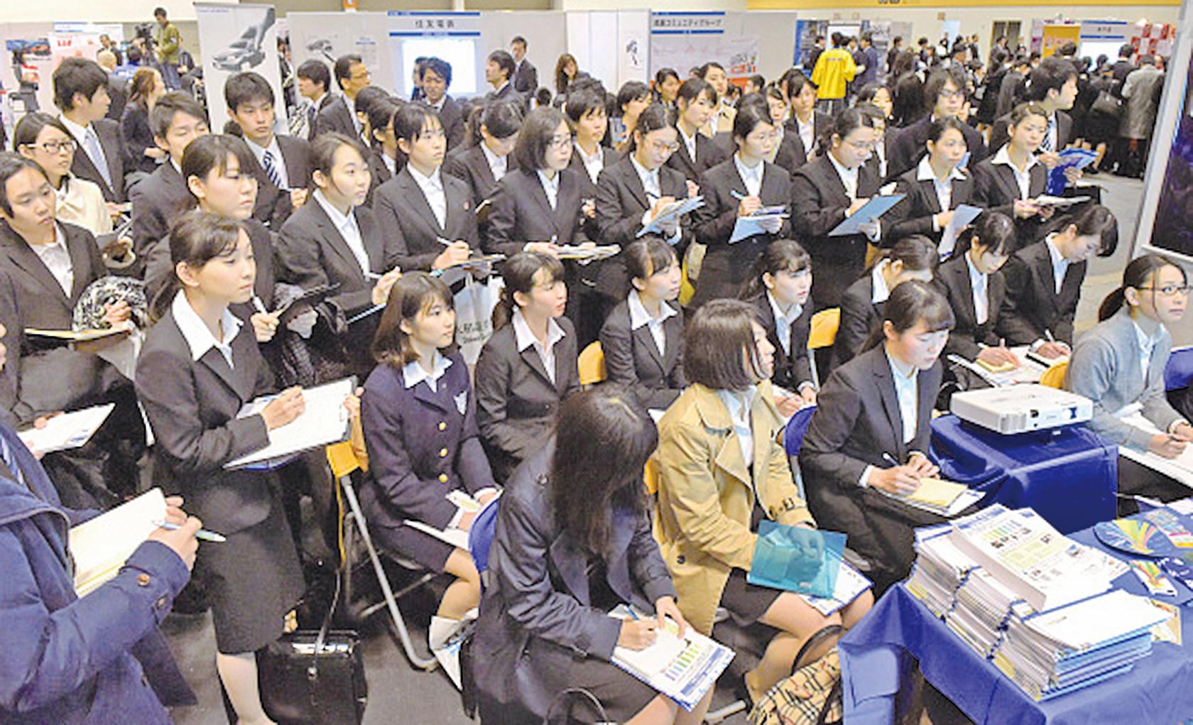 日本人口經濟學者主張,應該更大範圍地接納在日本留學的外國留學生。圖為日本一企業展開就職說明會。(Getty Images)