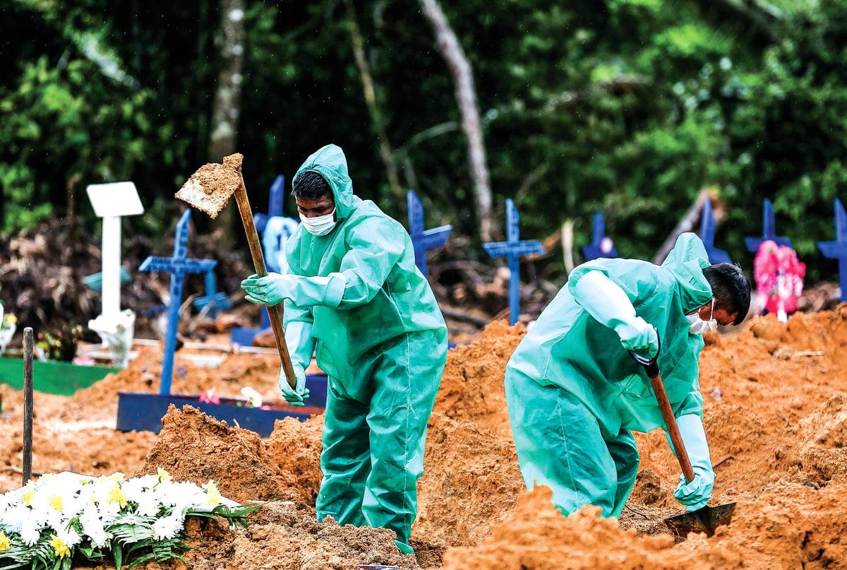 5月6日,巴西亞馬遜州馬瑙斯,Nossa Senhora公墓的工作人員為中共病毒的受害者和疑似受害者挖墓穴。(Getty Images)