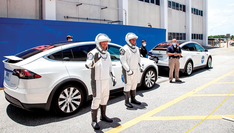 u5月27日,兩名美國太空人乘坐特斯拉Model X抵達發射現場。(NASA)
