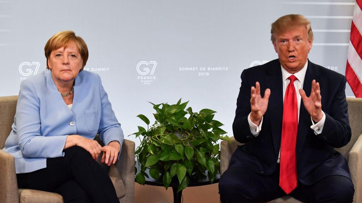 美國總統特朗普(右)計劃將G7峰會變成G11峰會,聯合多國討伐中共。然而德國總理默克爾(左)以疫情為由,拒絕出席。圖為2019年G7峰會。(NICHOLAS KAMM/AFP via Getty Images)