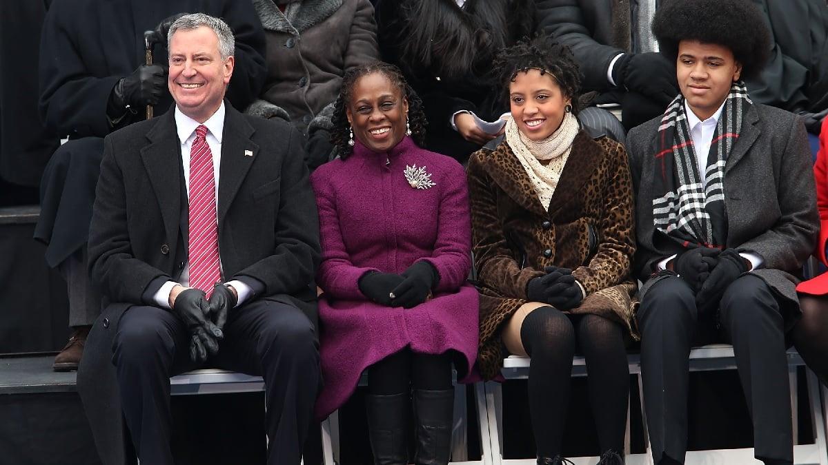 紐約市市長白思豪一家。右二為基婭拉(Chiara de Blasio)。(Spencer Platt/Getty Images)