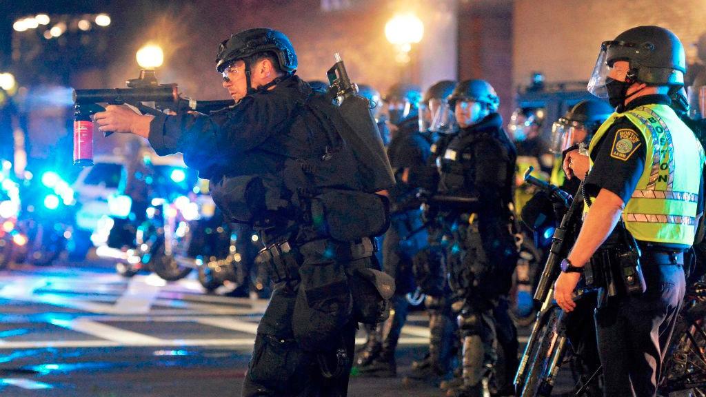 美國非裔男子弗洛伊德(George Floyd)死亡案,引起全美多州示威抗議,一些地方的活動演變成暴亂。6月1日凌晨12時許,肯塔基州發生維和部隊與暴動者短暫交火,一名非裔男子死亡。示意圖(JOSEPH PREZIOSO/AFP via Getty Images)